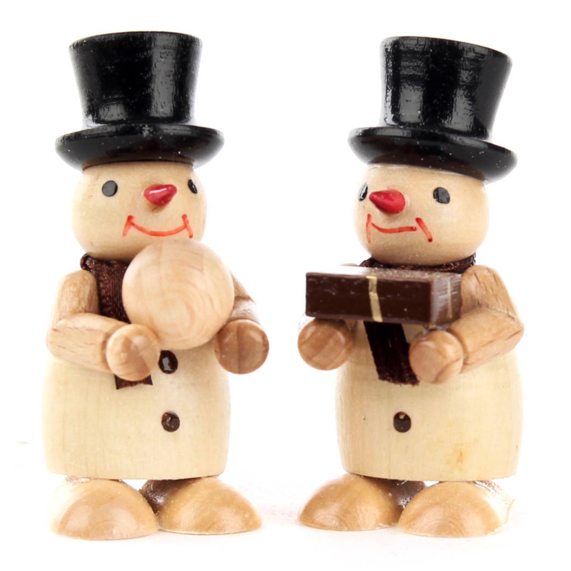 Miniatur Schneemänner mit Geschenk und Schneeball, natur