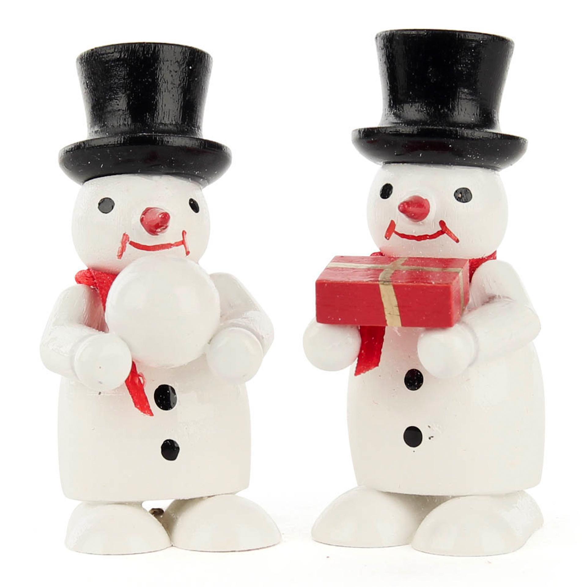 Miniatur Schneemänner mit Geschenk und Schneeball, farbig